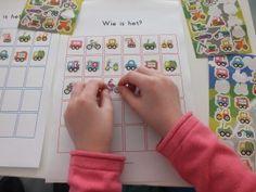 Zelf 'Wie is het' kaarten maken met stickers. School Hacks, School Tips, School Stuff, Classroom, Games, Logos, Kids, Corona, Speech Language Therapy