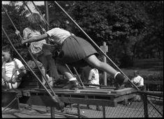 Szerző:Kinszki Imre (1901-1945)  Cím:[Játszótéri jelenet, lengőhinta] [Fénykép]  Dátum:[1930-as évek] Budapest, Hungary, The Row, Gym Equipment, Wrestling, Sports, Photography, Lucha Libre, Hs Sports