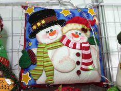 Cojin Pareja de Nieves Christmas Stocking Kits, Felt Christmas Stockings, Christmas Sewing, Christmas Time, Xmas, Snowman Quilt, Christmas Cushions, Snowman Crafts, Christmas Decorations