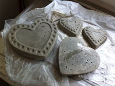 Concrete Stepping Stones Using Cake Tins .................  #DIY #paver #brick #concrete #outdoor #garden #stones #molds #decor #heart #pan