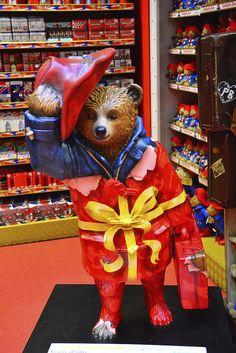 Bearer Of Gifts By Hamleys London, Paddington Bear Trail Teddy Bear Cartoon, Teddy Bears, Bear Statue, London Free, Paddington Bear, London Pubs, Beautiful Streets, Bear Art, Pooh Bear