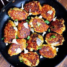 Sprøde broccoli-deller med ost og sesamfrø | Anna-Mad blog Love Food, A Food, Food And Drink, Veggie Recipes, Vegetarian Recipes, Healthy Recipes, Always Hungry, New Flavour, Broccoli