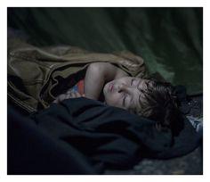 Onde as crianças dormem - Mahdi,na época, com um ano e meio de idade. Ele só tem experimentado guerra e fuga. Eles protestam, pois não conseguem viajar mais através da Hungria. Do outro lado da fronteira, centenas de policiais estão de pé. Eles têm ordens do ministro Viktor Orbán para proteger a fronteira a todo custo. O menino dorme do jeito que é possível.