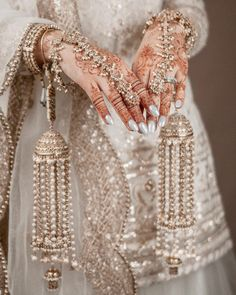 Pakistani Bridal Jewelry, Indian Bridal Jewelry Sets, Indian Jewelry Earrings, Bridal Bangles, Indian Bridal Outfits, Fancy Jewellery, Jewelry Design Earrings, Hand Jewelry, Bridal Accessories