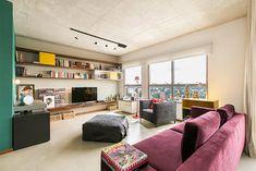 Charmoso apartamento de 63 metros quadrados em São Paulo - gostei dessa parede da sala (estantes diferentes)