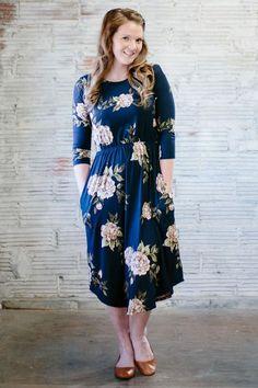 'Lindsey' Long Sleeve Below the Knee Dress in Navy Floral. Eerbare kleding. Eng. Modest clothing. Fr. Vêtement modeste. Du. Bescheidene Kleidung. Sp. ropa modesta. Ru. Скромная одежда.