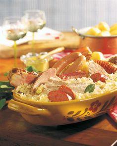 <p><b>Zutaten</b>: 1,5 kg rohes Sauerkraut, 1 Zwiebel, 1 Knoblauchzehe, 1 Stich Butter, 1 Eisbein, 400 g R