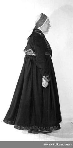 Digitalt Museum - Bryllupsdrakt, Brudedrakt fra tekstilutstillingen for Tinn Folk Costume, Costumes, Traditional Outfits, Vintage Photos, Norway, Bridal Dresses, Goth, Museum, Clothes