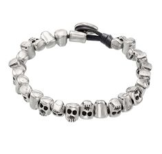 Leather bracelet consisting of various skull-shaped beads facing in opposite directions in silver-plated metal. Jewelry Bracelets, Jewelery, Bangles, Jewelry Design, Jewelry Accessories, Skull Bracelet, Boho Fashion, Free, Women Jewelry