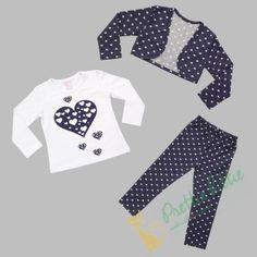 Schönes dreiteiliges Set für kleine Mädchen bestehend aus einer Bluse mit langen Ärmeln,  einem Bolero und Leggings. Das Set ist aus einem sehr weichen Baumwollstoff gefertigt. Bluse ist weiß und mit einem großen und mehreren kleinen Herzen bedruckt. Die Leggings und der Bolero sind dunkelblau und vollflächig mit kleinen weißen Herzen gemustert. Das Set ist für die Übergangszeit im Herbst und Frühling geeignet.