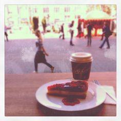 Мам, снова на обед кофе и тортик, клубничный чизкейк, аху... абалденный на вкус!