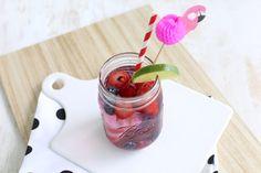 Op zoek naar een lekker en gezond zomers drankje? Maak dan eens dit recept voor water met rood fruit. Super lekker en ontzettend simpel!