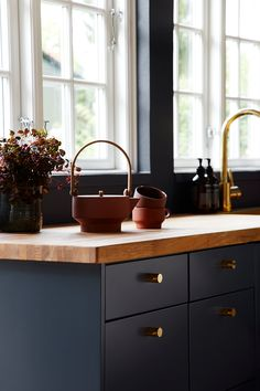 kitchen with midnight blue cabinets, butcher block counters, and brass accents Timber Kitchen, Navy Kitchen, Kitchen Dining, Kitchen Decor, Kitchen Cupboards, Küchen Design, Deco Design, Home Interior, Interior Design Kitchen
