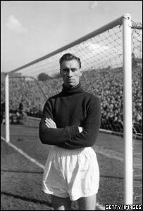 On this day December) Ray Wood made the first of his 208 appearances as MUFC goalkeeper vs Newcastle Utd, home). Manchester United Images, Manchester United Players, Huddersfield Town Fc, Munich Air Disaster, Sharon Jones, Bobby Charlton, Bristol Rovers, Man Utd News, Vintage Football