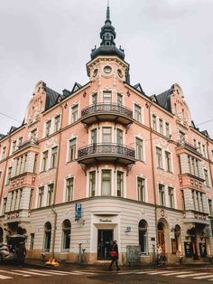 Are you looking for things to do in Helsinki? I've got the list for you! This ultimate Helsinki Bucket List will give you lot's of ideas for your trip! Edinburgh, Places To Travel, Places To Visit, Europe Street, Finland Travel, Backpacking Europe, Roadtrip, Travel Aesthetic, Street Photography