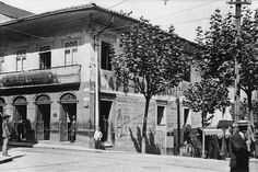 """1910 - """"Café Brandão"""", ficava na ladeira de São João esquina com a rua de São Bento; de propriedade de Manuel de Souza Brandão, português que chegou ao Brasil por volta de 1890 e fundou vários cafés conhecidos em São Paulo. Este Café esteve sob a administração de Souza Brandão até 1912, quando foi vendido para Augusto Carlos Baumann que mudou o nome para Café Baumann. Mas não teve jeito, depois de tanto tempo o povo continuava a chamá-lo de Café Brandão."""