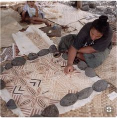 woman paints patterns onto tapu cloth, made from bark of the paper mulberry tree Savaii, Samoa Hawaiian Crafts, Hawaiian Art, Paper Mulberry, Mulberry Tree, Polynesian Art, Polynesian Culture, Tapas, Woman Painting, Painting Patterns