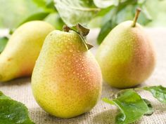 Diet Rich in apples and pears, along with cauliflower, chicory, cucumbers and bananas have high amounts of both fiber and quercetin and may can lower stroke risk by Cooking Recipes, Healthy Recipes, Healthy Foods, Natural Background, Apple Pear, Proper Diet, Natural Health Remedies, Skin Care Tips, Healthy Lifestyle