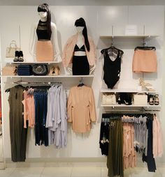 Add up this creative design to enhance the beauty of your boutique interior. Ideas De Boutique, Boutique Decor, Clothing Store Displays, Clothing Store Design, Lingerie Store Design, Clothing Racks, Clothing Boutique Interior, Boutique Interior Design, Kleding