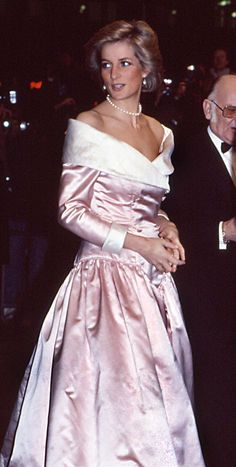 Princess Diana and Kate Middleton are both fashion icons in their own right, but sometimes the Duchess of Cambridge looked to her mother-in-law for a little inspiration. Princess Diana Daughter, Princess Diana Wedding Dress, Princess Diana Quotes, Princess Diana Jewelry, Princess Diana Death, Princess Diana Fashion, Princess Style, Lady Diana Spencer, Diana Haircut