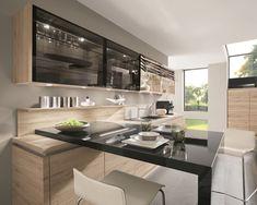 Un beau meuble haut de cuisine avec persienne en verre et raccordement électrique pour un joli éclairage design