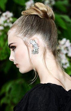 EAR CUFF, un nuovo modo di concepire l'orecchino. In principio è stata la tradizione indiana, poi ci hanno messo lo zampino le star di Hollywood e le It Girls ed oggi gli ear cuff sono i nuovi accessori da scoprire e provare.