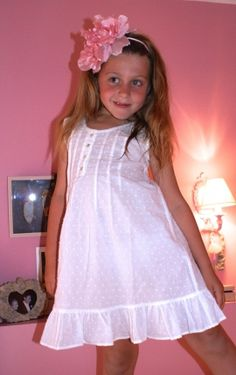 Camisón Plumeti Marfil by www.vickybargallo.com Baby Girl Dress Patterns, Little Girl Dresses, Baby Dress, Girls Dresses, Flower Girl Dresses, Preteen Girls Fashion, Kids Fashion, Kids Dress Wear, Kind Mode