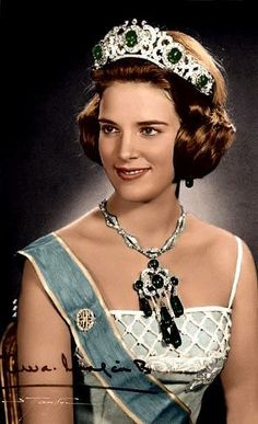 Worn by the Queens of the Hellenes (Greece) since This exquisite parure includes an Emerald and Diamond tiara, a pair of Diamond and Emerald drop earrings, several loose Emerald pendants and a magnificent Diamond and Emerald brooch. Royal Crown Jewels, Royal Crowns, Royal Tiaras, Royal Jewelry, Tiaras And Crowns, Jewellery, Greek Royalty, Danish Royalty, Greek Royal Family