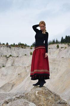 Sukňa Red Wine Dlhá sukňa s dvojitým efektom - celá je podšitá bavlnenou látkou s volánom. Opasok háčkovaný, na spodku našitý ozdobný lem. Je ušitá z hrubšej nekrčivej látky, takže je vhodná na chladnejšie obdobie. Veľkosť: na mieru