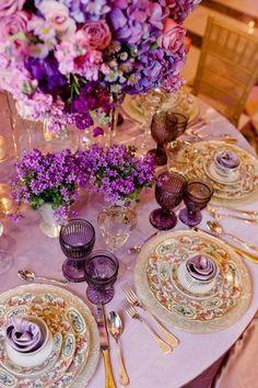 Decoración de mesas en orquídea radiante con toques dorados