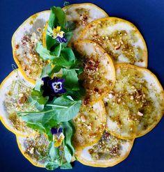 Amor es...   Carpaccio de calabacines amarillos con pesto al limón  almendras y rúcula.