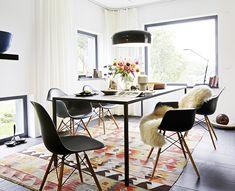 colourful rug under the dining table #kilim #kelim #diningroom #rug #vloerkleed #vintage #accentrug #tafel #table #diningtable #eetkamer