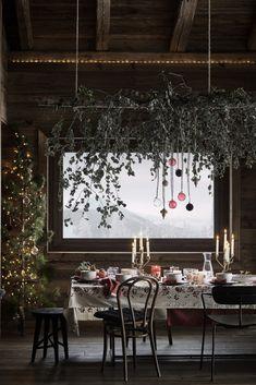 Côté table mixez sapin, eucalyptus et boules de Noël - Marie Claire