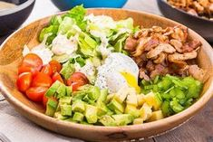 Lehké pokrmy, které můžete jíst před spaním a nezatíží váš trávicí trakt Cobb Salad, Low Carb, Food, Diet, Essen, Meals, Yemek, Eten