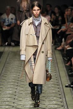 Burberry debuts Ready-to-Wear Fall/Winter collection at London Fashion Week Elizabeth I, Harrods, Burberry, Khaki Coat, Winter Collection, Ideias Fashion, Ready To Wear, Fall Winter, Womens Fashion