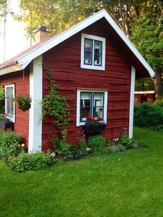 Beautiful classic Swedish cottage with its characteristic red walls and white corners. Swedish Cottage, Red Cottage, Cottage Style, Small Cottages, Cabins And Cottages, Backyard Sheds, Backyard Retreat, Tiny House Cabin, Tiny House Design