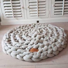 NEW dit stoere ronde vloerkleed van Joetjz. Lekker warm en superzacht plaid van 100 % giant merinowol. Met dit Joetjz plaid creeer je een warm en zacht (zit)plekje bij de open haard , in de kinderkamer, bij een fauteuiltje of naast je bed. Deze afmeting is 110 euro. In verschillende kleuren verkrijgbaar. You can order at Joetjz@outlook.com #joetjz #plaid #pillow #warm #white #winter #wool #rivieramaison #scandinavian # interior #homestyling #verkoopstyling #vastgoedstyling #homestaging #... Chunky Knit Throw, Chunky Blanket, Chunky Yarn, Diy Crochet And Knitting, Arm Knitting, Crochet Baby, Handmade Crafts, Diy And Crafts, Big Knits