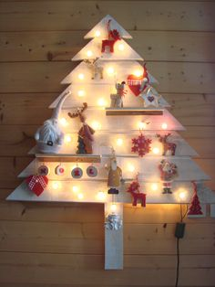 Sapin de Noël en lambris avec guirlande lumineuse.