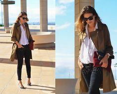 Look otoño con básicos: Trench + camisa blanca + jeans + zapatos salón negro