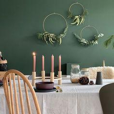 Esszimmer - grüne Wandfarbe/Kerzenständer von @designwe.love/Drahtkreis mit Eukalyptus