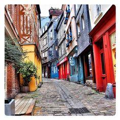 Honfleur, Muy bonito pueblo de #Normandia Etretat Normandie, Places Around The World, Around The Worlds, Honfleur, Road Trip Adventure, Ville France, Normandy France, Ultimate Travel, City Streets