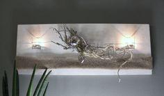 WD78 – Edle Wanddeko! Holzbrett weiß gebeizt, natürlich dekoriert mit Filzband, einer Edelstahlkugel, einem Metallornamentherz, zwei Teelichtgläsern und natürlichen Materialien! Preis 54,90€ – Größe 30x80cm