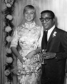 La coppia più cool del Rat Pak, il gruppo di attori capitanato da Sinatra, che giocò un ruolo importante nella lotta alla segregazione razziale nei nightclub di Miami e nei casinò di Las Vegas, rifiutandosi di esibirsi e di frequentare quelli che discriminavano i ner. Ma le nozze con la svedese Britt fecero scandalo.