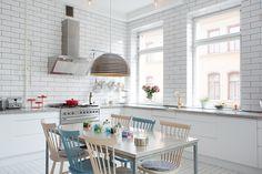 Kleur brengt karakter in dit Zweedse appartement - Roomed | roomed.nl