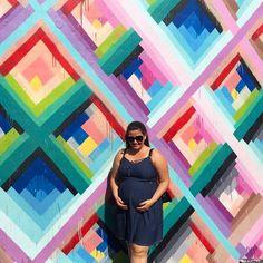 Eu e meus meninos passeando por Wynwood Walls  Wynwood é um bairro de Miami super descolado onde a arte do grafite predomina! Em 2009 foi realizado o projeto de Wynwood Walls com o objetivo de desenvolver a área já que o bairro não era dos melhores... Hoje o passeio é gratuito e lá você se depara com obras de grandes artistas do meio representadas nas paredes como os brasileiros Os Gêmeos! O passeio é super divertido e vale muito a pena!!!