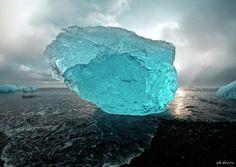 Удивительный синий айсберг выбросило на вулканический пляж Исландии   Интересное, Фото