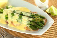 Asparagus with hollandaise sauce Asparagi con salsa olandese www. I Love Food, Good Food, Yummy Food, Cauliflower Vegetable, Salsa Salad, French Sauces, Homemade Mayonnaise, Fresh Asparagus, Asparagus Spears