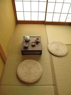 それもそのはず。  畳に使われる天然素材のい草には湿気を吸ってくれたり、逆に乾燥してくると水分を放ち、適度な湿度を保ってくれるすごい働きがあるのです。  夏は高温多湿、冬は低温低湿の日本の気候にとても合っているんですね!落ち着く理由は、「畳が呼吸しているから」。