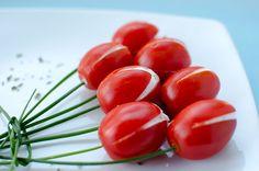 Beatiful and so easy! Tomato tulips. / Original ramo de tulipanes (tomatitos rellenos).