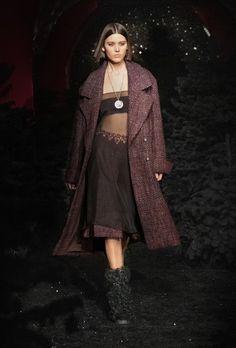 Chanel | Ready-to-Wear Autumn 2021 | Look 2 Fashion Week Paris, Runway Fashion, Fashion News, Winter Fashion, Fashion Show, Womens Fashion, Fashion Trends, Boutique Haute Couture, Style Couture